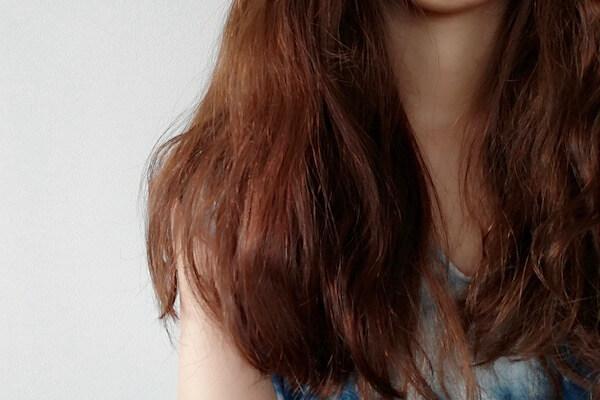 パーマで広がる髪